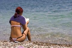 Schönes Mädchen, das ein Buch liest Lizenzfreie Stockbilder