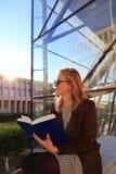 Schönes Mädchen, das ein Buch liest Stockbild