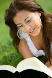 Schönes Mädchen, das ein Buch liest Stockfotografie