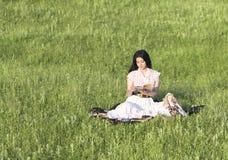 Schönes Mädchen, das ein Buch liest Lizenzfreies Stockbild