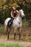 Schönes Mädchen, das ein Pferd ohne Zaum oder Sattel reitet Lizenzfreies Stockbild
