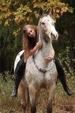 Schönes Mädchen, das ein Pferd ohne Zaum oder Sattel reitet Stockbild