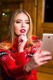 Schönes Mädchen, das ein selfie mit festlichen Lichtern nimmt lizenzfreie stockbilder