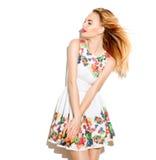 Schönes Mädchen, das ein Sommerkleid mit Blumendruck trägt Stockbilder