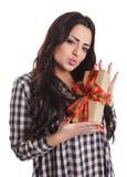Schönes Mädchen, das ein wrapperd Geschenk hält Lizenzfreies Stockbild