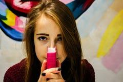 Schönes Mädchen, das eine Bibel hält stockfotografie