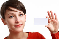 Schönes Mädchen, das eine leere Karte anhält Lizenzfreie Stockfotografie