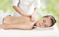 Schönes Mädchen, das eine Massage erhält stockfoto