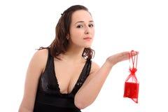 Schönes Mädchen, das eine Schmucksachetasche anhält Stockfotos