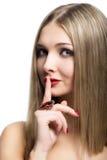 Schönes Mädchen, das eine zum Schweigen bringende Geste lokalisiert auf weißem backg macht Stockfotos