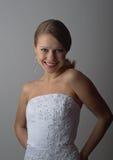 Schönes Mädchen, das in einem eleganten weißen Korsett lacht Stockbild
