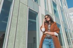 Schönes Mädchen, das in einem städtischen Zusammenhang aufwirft Stockbild