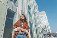 Schönes Mädchen, das in einem städtischen Zusammenhang aufwirft Lizenzfreies Stockfoto