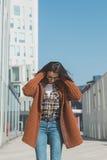 Schönes Mädchen, das in einem städtischen Zusammenhang aufwirft Lizenzfreie Stockfotografie