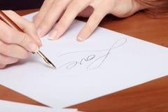 Schönes Mädchen, das einen Brief schreibt lizenzfreie stockfotos