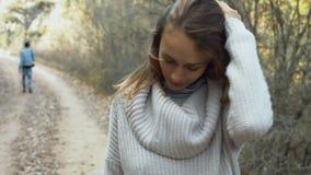 Schönes Mädchen, das in einen Herbstwald geht stock video