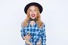 Schönes Mädchen, das einen Hut trägt und Papierfliege hält Stockfotos