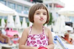 Schönes Mädchen, das einen Kuss zeigt Lizenzfreies Stockfoto