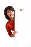 Schönes Mädchen, das einen leeren weißen Vorstand anhält Lizenzfreies Stockbild
