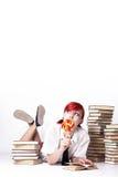 Schönes Mädchen, das einen Lutscher isst Lizenzfreies Stockbild