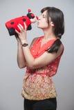 Schönes Mädchen, das einen Marienkäfer küsst Stockfotografie