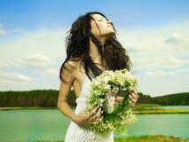 Schönes Mädchen, das einen Wreath von Wildflowers trägt lizenzfreie stockfotografie