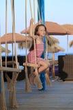 Schönes Mädchen, das in einer Wiege schwingt Lizenzfreie Stockfotos