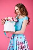 Schönes Mädchen, das großen Blumenstrauß von Papierblumen im Kasten hält Lizenzfreies Stockbild