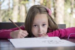 Schönes Mädchen, das Hausarbeit am Park tut lizenzfreie stockfotografie