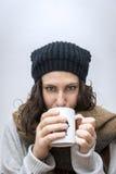 Schönes Mädchen, das heißen Tee trinkt Stockfoto
