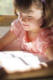 Schönes Mädchen, das heilige Bibel liest Stockbilder