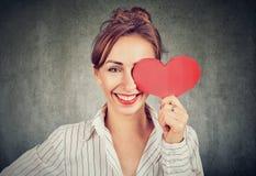 Schönes Mädchen, das Herzform hält lizenzfreies stockfoto