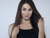 Schönes Mädchen, das ihr Haar berührt Stockbilder