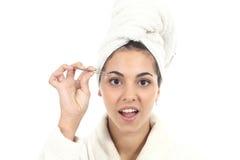 Schönes Mädchen, das ihre Augenbraue depilating ist Lizenzfreie Stockfotos