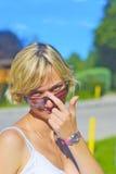 Schönes Mädchen, das ihre Gläser berührt Stockbilder