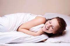 Schönes Mädchen, das im Bett schläft Lizenzfreie Stockfotos