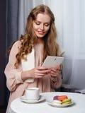 Schönes Mädchen, das im Café sitzt stockfotos