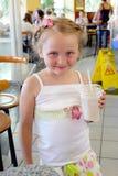 Schönes Mädchen, das im Café zu Abend isst Stockbilder