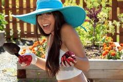 Schönes Mädchen, das im Garten arbeitet lizenzfreies stockfoto