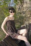 Schönes Mädchen, das im Park lächelt Stockbilder