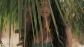 Schönes Mädchen, das im perfekten Porträt der tropischen Waldnahaufnahme aufwirft stock video