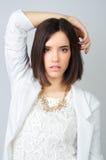 Schönes Mädchen, das im Studio lokalisiert auf grauem Hintergrund aufwirft Lizenzfreies Stockbild