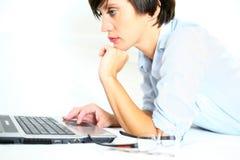 Schönes Mädchen, das an Laptop arbeitet Lizenzfreies Stockbild