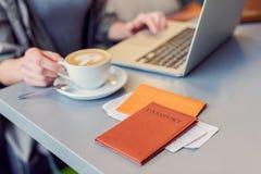 Schönes Mädchen, das Laptop im Flughafen verwendet Lizenzfreie Stockbilder