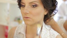 Schönes Mädchen, das Make-up in einem Schönheitssalon tut stock video