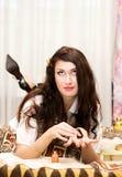 Schönes Mädchen, das Maniküre bildet Lizenzfreie Stockfotografie