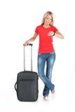 Schönes Mädchen, das mit Gepäck und der Aufwartung steht Lizenzfreie Stockbilder