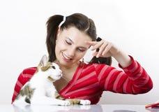 Schönes Mädchen, das mit Katze spielt Lizenzfreies Stockbild