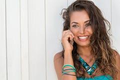 Schönes Mädchen, das mit Telefon nennt Stockfoto