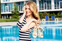 Schönes Mädchen, das nahe dem Swimmingpool aufwirft Stockfotos